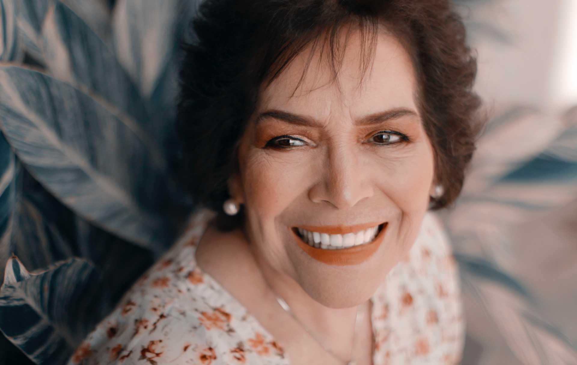 Une personne âgée souriante