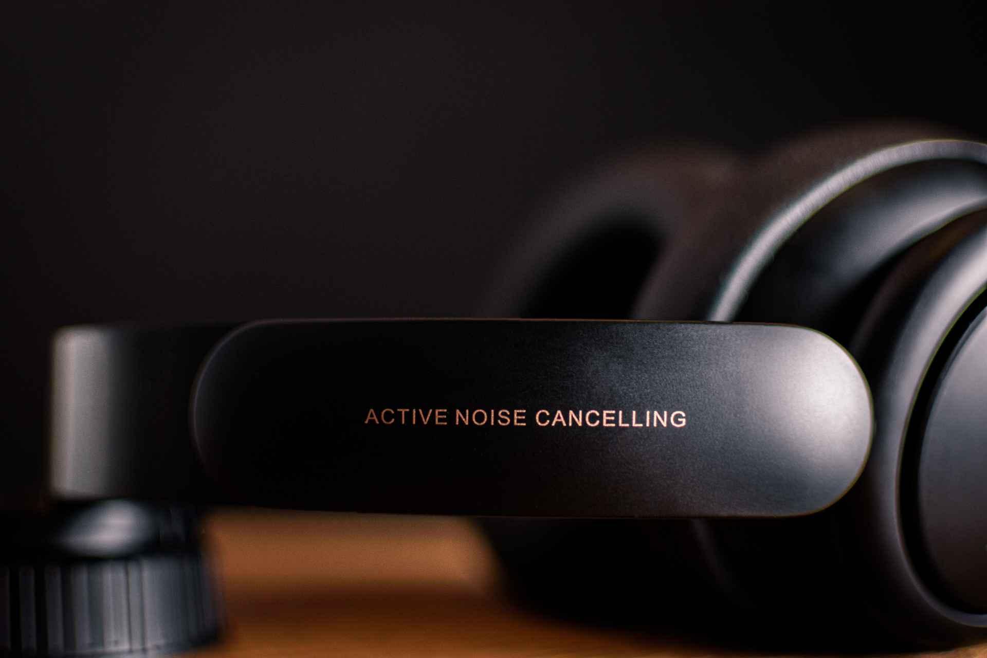 Un casque audio posé sur une table