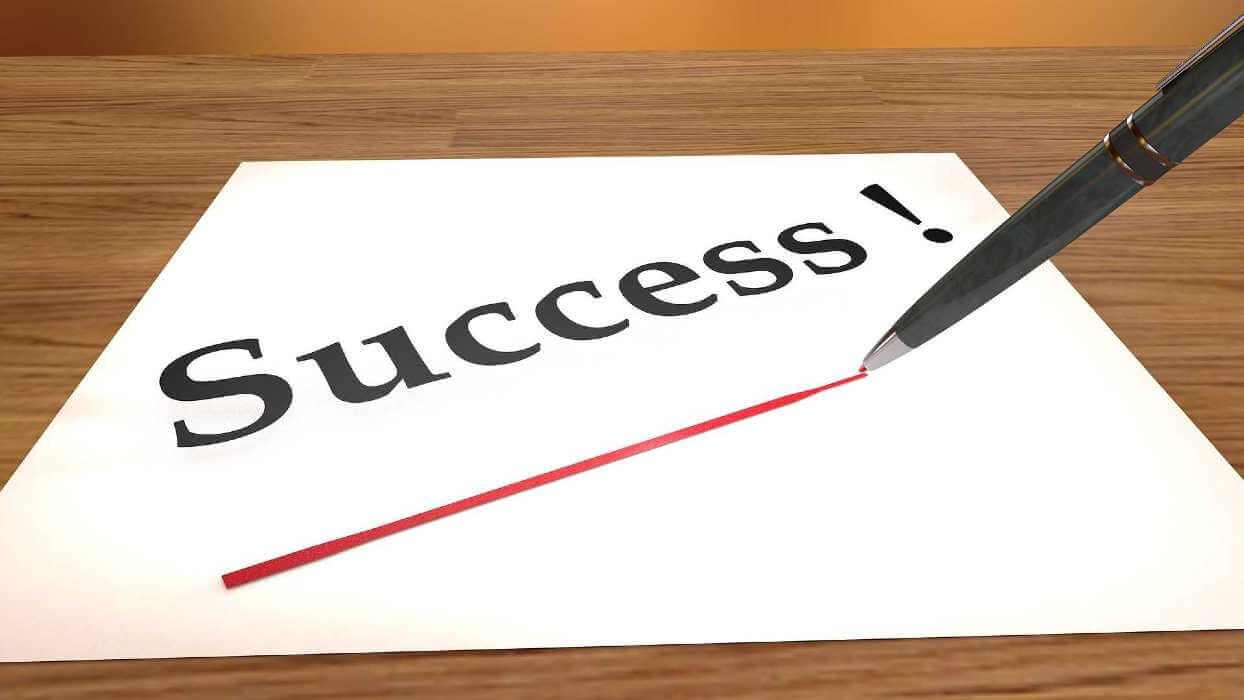 """Une feuille avec marqué dessus """"réussir"""""""